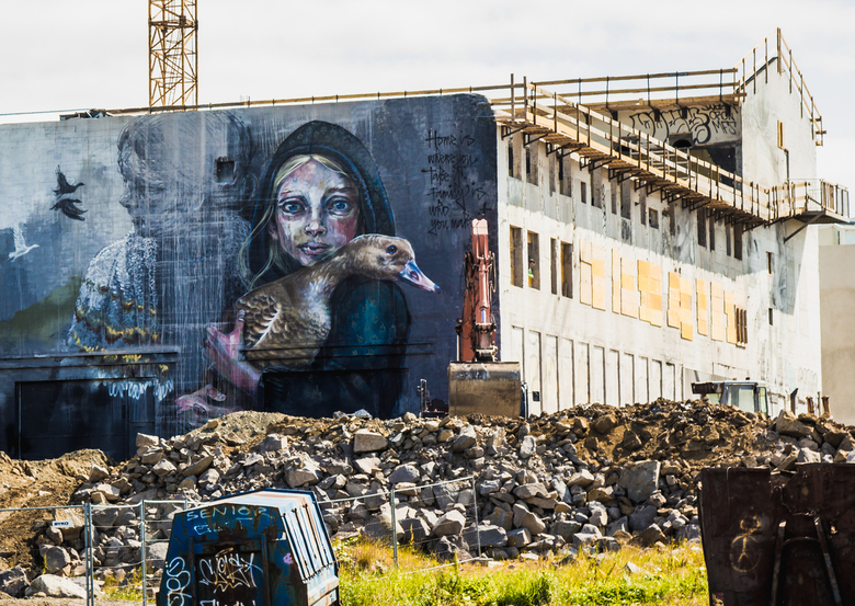 Angst voor de sloop - Het meisje kijkt toe hoe het gebouw waarop zij is geschilderd wordt gesloopt.