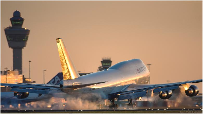 Jumbo touch down - Deze Jumbo van Delta zet 'm neer op de Kaagbaan van Schiphol Airport.