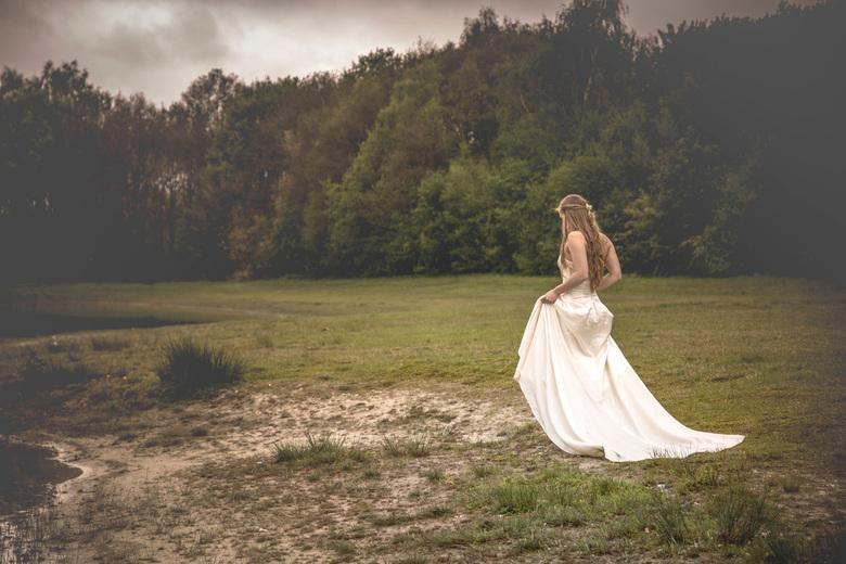 Misty Bride - Een mooie dag om te shooten, beetje bewolkt, soms motregen, een mooi model.<br />