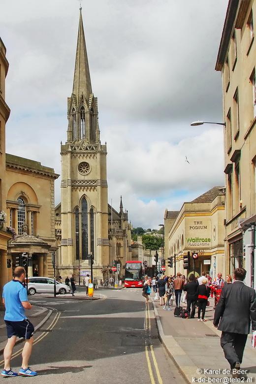 Bath 30 - Een laatste blik in de straten van Bath. De mannen op de voorgrond en bus op de achtergrond zorgen voor een leuke dieptewerking. Hier eindig