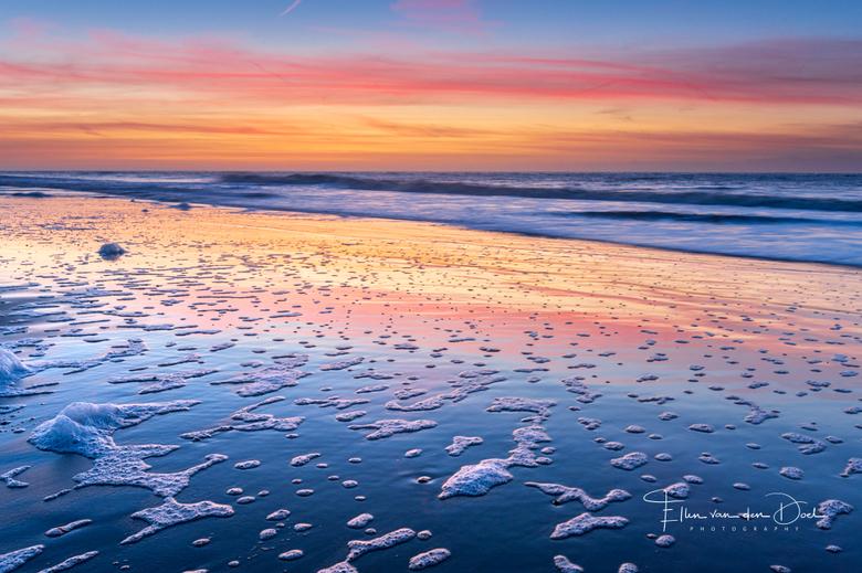 """The Tide - Wat ben ik altijd weer blij als ik deze kleuren zie tijdens een zonsondergang, zeker aan zee. <img  src=""""/images/smileys/smile.png""""/><br />"""