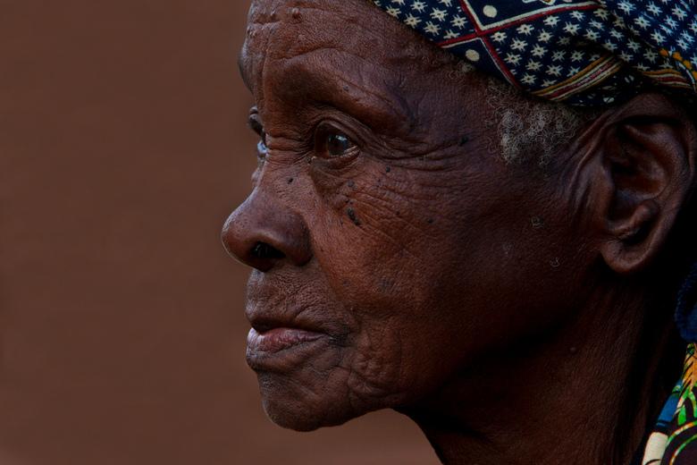 Village chief - Een oude vrouw in een afgelegen wijk zat achter haar fruitkraampje, een wijk in Xai-Xai, Gaza, Mozambique<br /> <br /> Ben benieuwd