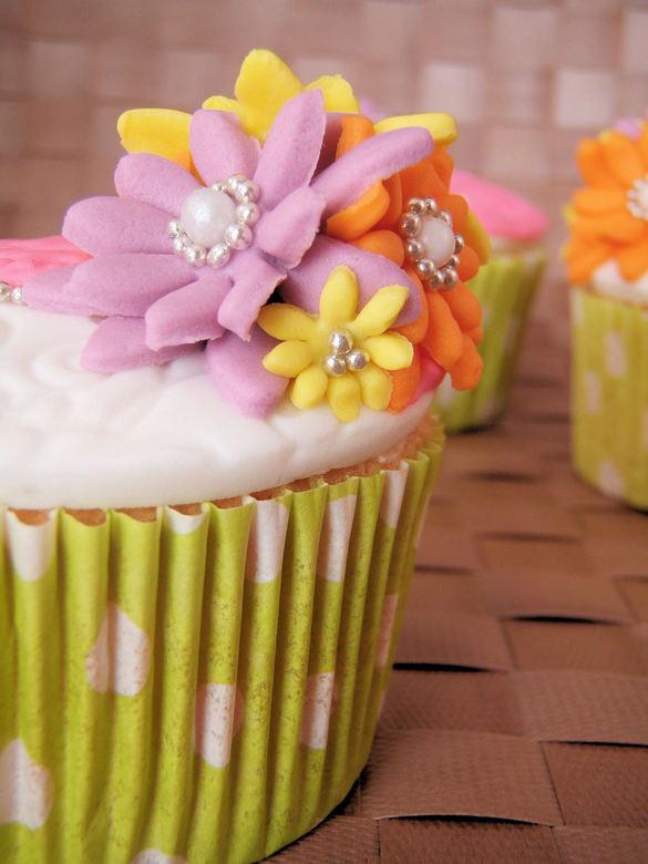 Bloemen cupcakes - Vanille cupcakes, gedecoreerd met fondant