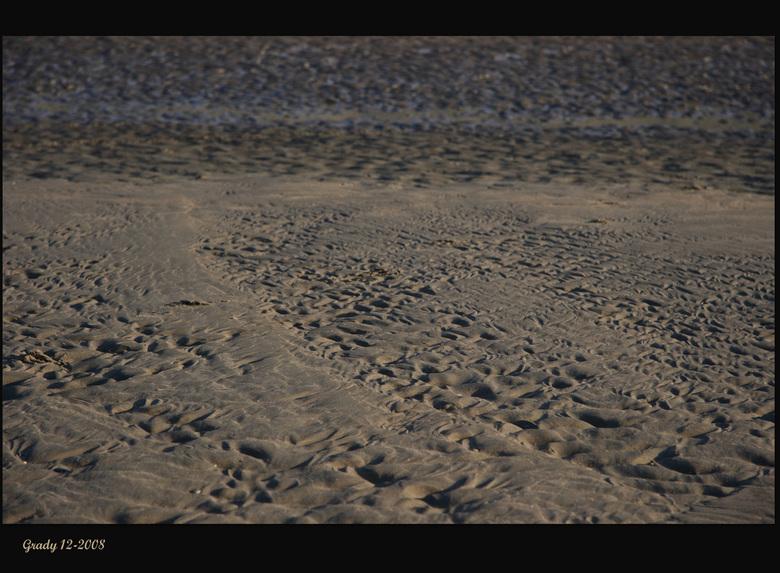 Strand - Strukturen gevormd door het water van de zee, steeds weer andere vormen.<br /> Groetjes Gra en een fijne avond