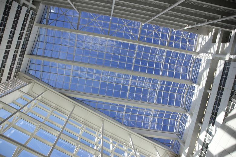 Dag licht - Het dak van het gemeentehuis in Den Haag zorgt voor veel daglicht in de hal.