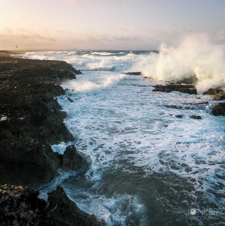 Bonaire - Bonaire heeft niet alleen maar prachtige witte stranden maar ook rotsen met flinke golven...