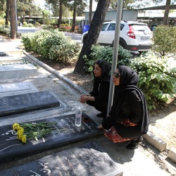 Fatima en  Maryam bij graf van hun vader.