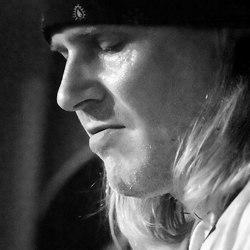 Gitarist Tony Spinner