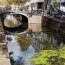 een van de vele grachten in Delft