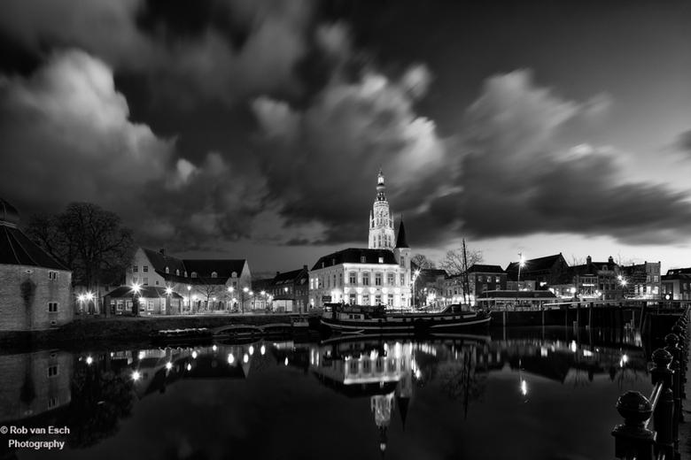 Breda bij nacht - Groothoekopname van de Grote Kerk in Breda bij nacht, met mooie wolkenpartij.