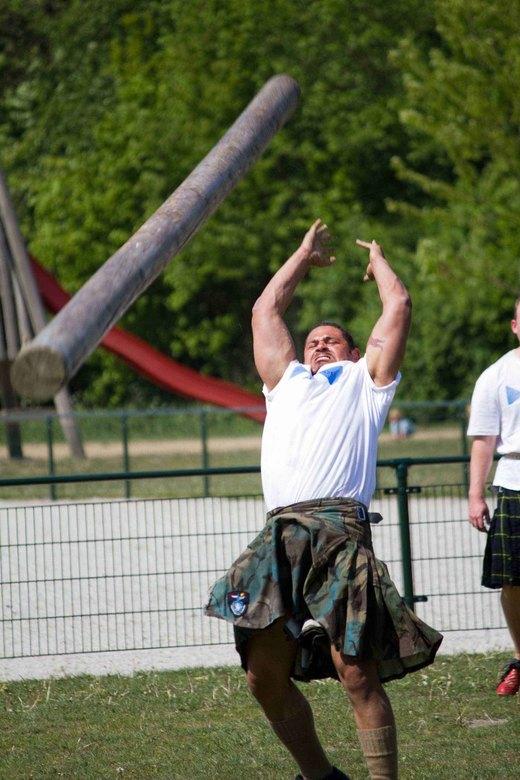 """Highland Games - Een van de onderdelen van de Highland Games is de """"Caber Toss"""". De deelnemer probeert een 4,5 mtr 50 kg zware boomstam te k"""