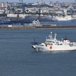 Le nâvire câblier Raymond Croze quitte le port de Brest