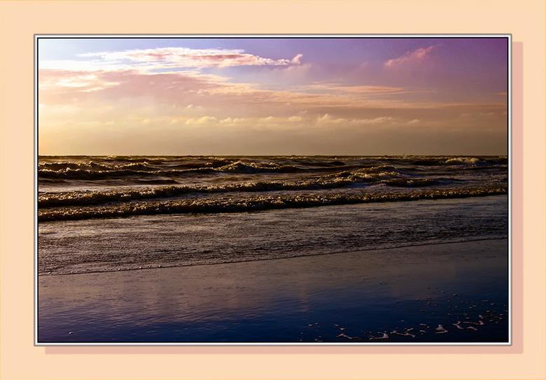 Gewoon zee - Op een mooie avond aan het strand.<br /> Zand, zee, zon, oceaan...ik kom eraan.<br /> Naar een liedje van Boudewijn de Groot.