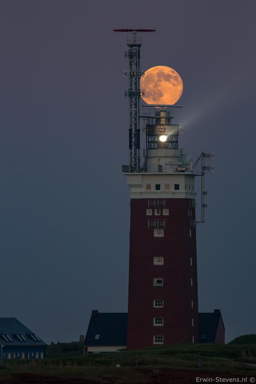 _MG_3733 - Tijdens de ondergaande zon even achterom gekeken , daar zagen we de maan over de vuurtoren van Helgoland gaan..