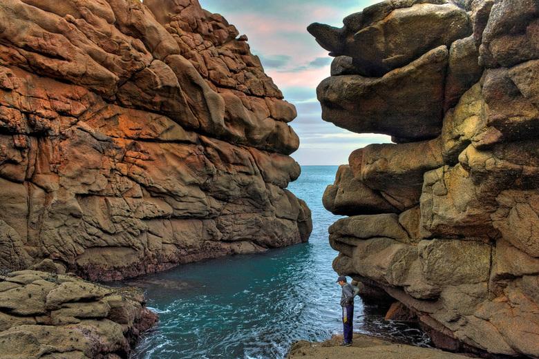 """nietige mens - Mijn zoon Joris tussen de """"roze rotsen"""" in Bretagne."""