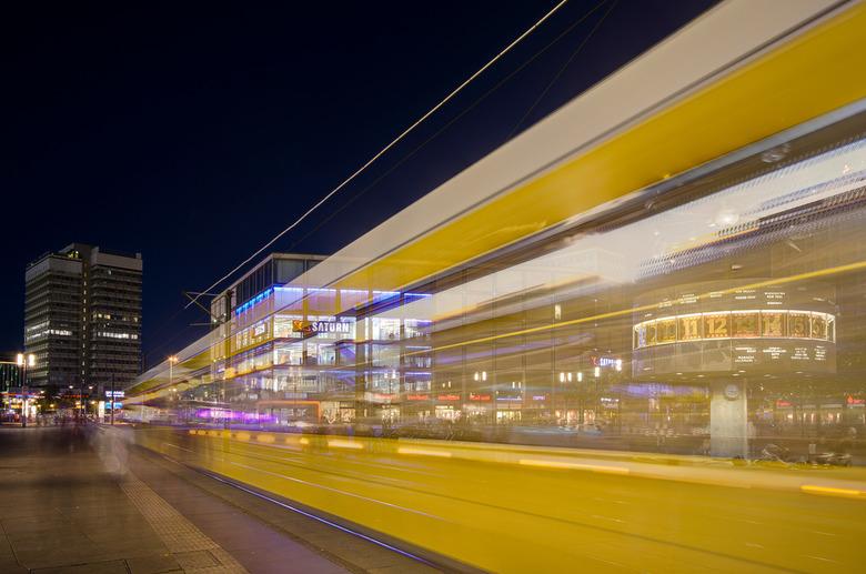 Berlijn - Alexanderplatz - 3 - Tram op Alexanderplatz met Weltzeituhr