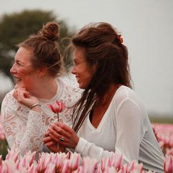 Friese meiden in de tulpen.