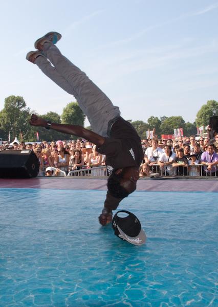 Bboy op parkpop 2010 - Jaarlijks op Parkpop wordt er een breakdance battle georganiseerd, de zgn. Young Bboy league tot 18 jaar.