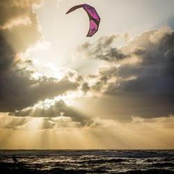 Kitesurfer in zee bij Ameland