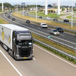 P1030491  Truckwereld  Scania RD Transport  op A4  bij Harnasch  viaduct Den Hoorn 20 aug 2018
