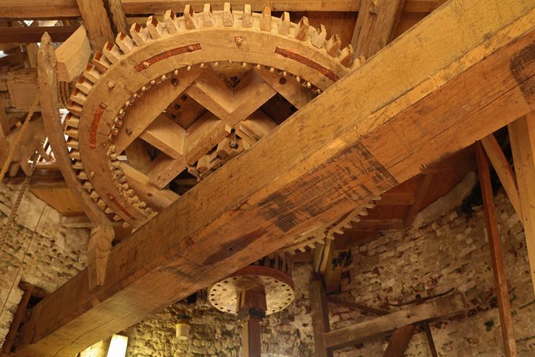 Beltkorenmolen - Dit houten tandwiel is een onderdeel van de beltkorenmolen.De beltkorenmolen is een windmolen waar spelt gemalen word voor bakker in
