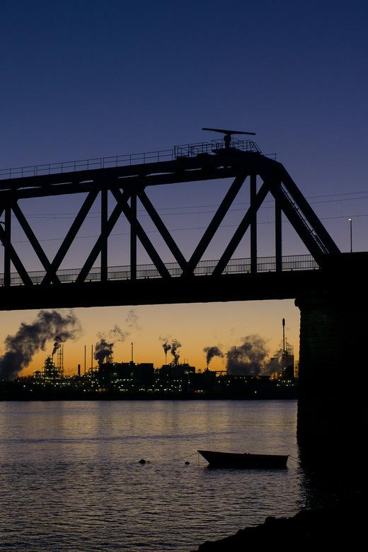 Industrieel winterweer - Mooi helder winterweer aan de rivier de Merwede tijdens zonsondergang