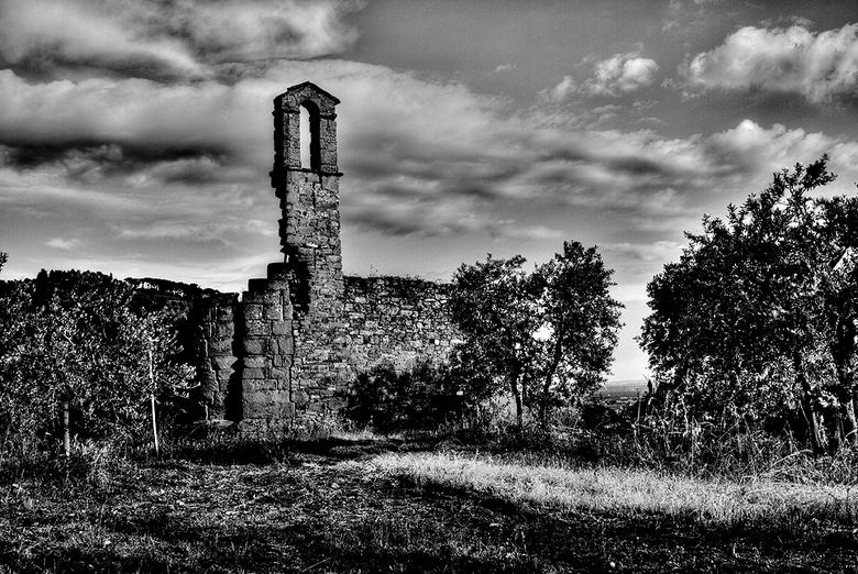 Vervallen Kerkje - Een vervallen kerkje nabij Sanguineto Italie<br /> Aan de rand van het Trasimeense meer.<br /> <br /> Slag bij het Trasimeense m