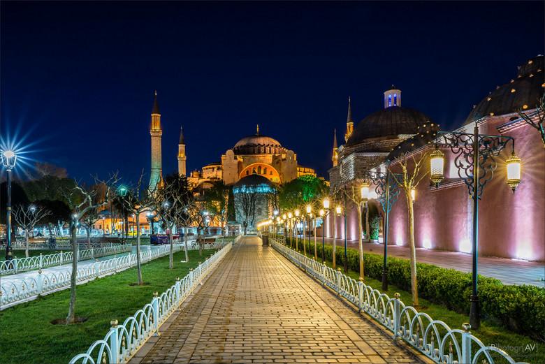 De weg naar 1001 nacht - Avondopname aan het einde van het blauwe uurtje in Istanbul. Zicht op de Hagia Sophia vanuit het Sultan Ahmet Park.