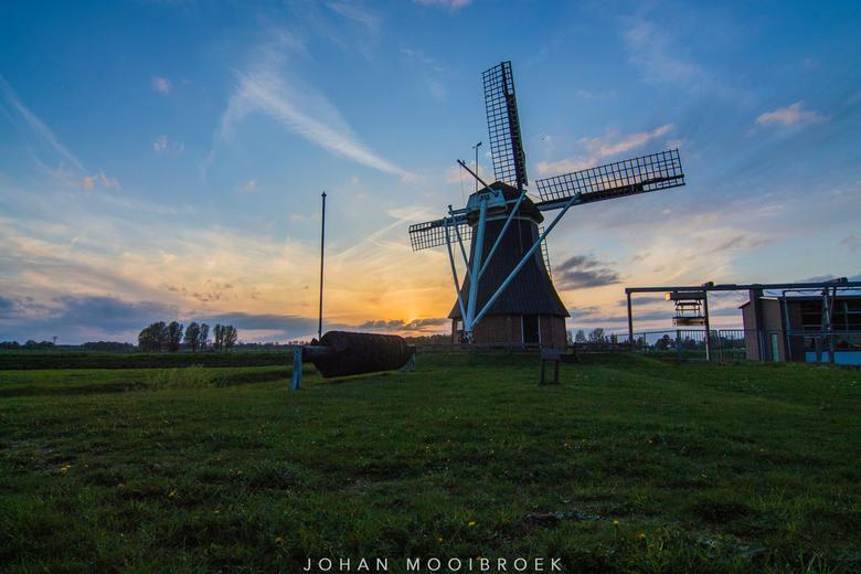 De Boezemvriend I - Windmolen de Boezemvriend in de Groeve, nabij Zuidlaren (gemeente Tynaarlo). Foto gisteravond gemaakt net voor zonsondergang <img