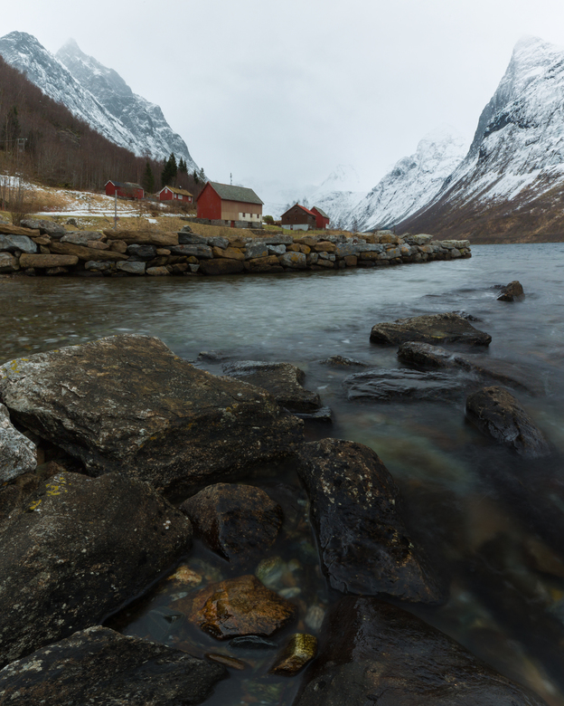 Fjordside - Verticaal panorama van 2 individuele foto's. Geschoten Februari 2018
