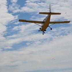 Vliegtuig met gedropte parachutisten