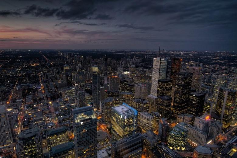 Downtown Toronto - Foto van dowtown Toronto genomen vanaf de CN Tower (553 meter) net na zonsondergang. Moest door het glas fotograferen wat op zich w