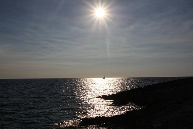 Zeilen bij een ondergaande zon - Bij een strandwandeling in kroatie een zeilboot bij een ondergaande zon. Ik vind het prachtig.