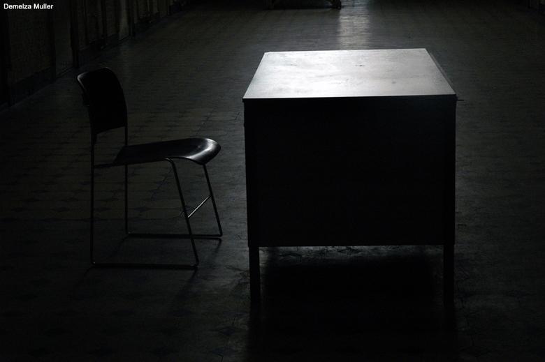 eenzaam - tijdens open monumentendag in een oude jeugdgevangenis geweest. Daar stond deze tafel met stoel, vond het wel een leuk effect met het licht
