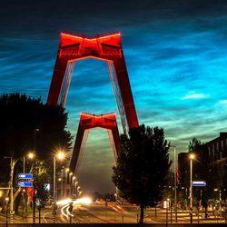 Lichtende nachtwolken boven Rotterdam