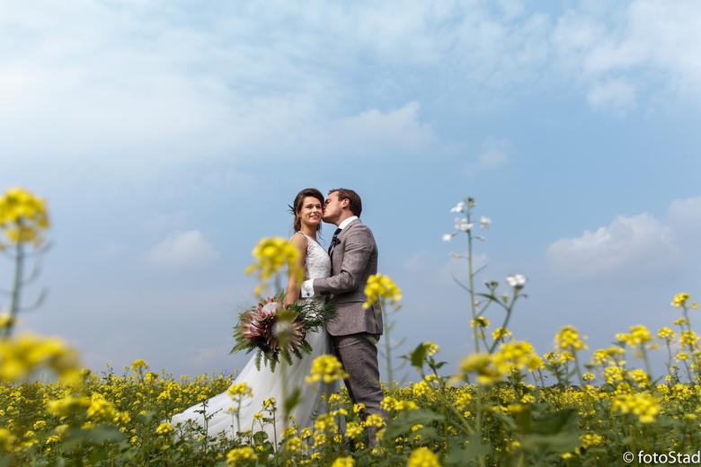 Trouwen in koolzaad - Wat gaaf; een Weddingshoot mogen doen en dan vlak bij de lokatie een koolzaad veld tegen komen!!! Hier hou ik van!!!