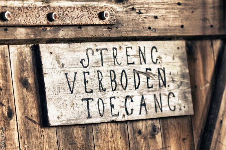 Streng Verboden Toegang - 5e foto uit de serie historische scheepswerf Wolthuis te Sappemeer.