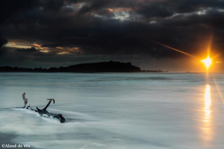 Driftwood - Zonsondergang op het strand van Cape Foulwind, Shout Island, New Zealand.<br /> <br /> Iso 50<br /> F11<br /> 8 seconde <br /> 44mm<b