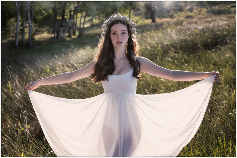   d a n c i n g - i n - t h e - l i g h t   - - tegenlichtopname bij ondergaande zon van deze gracieuze en mooie ballerina tijdens Pinkster-zaterdag b