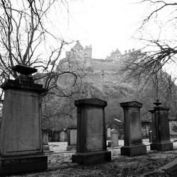 Kerkhof Edinburgh met kasteel achtergrond