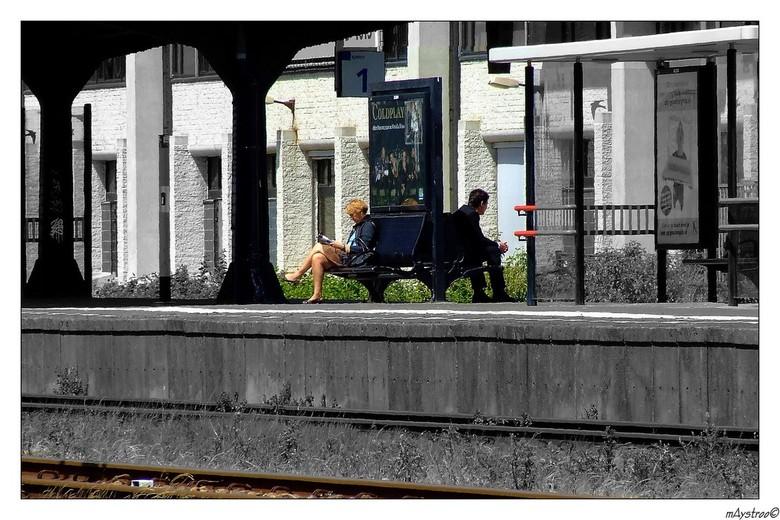 perron 1 of 2 - wachtend op de trein,rug aan rug zaten deze man en vrouw te wachten <br /> iets bewerkt niet veel