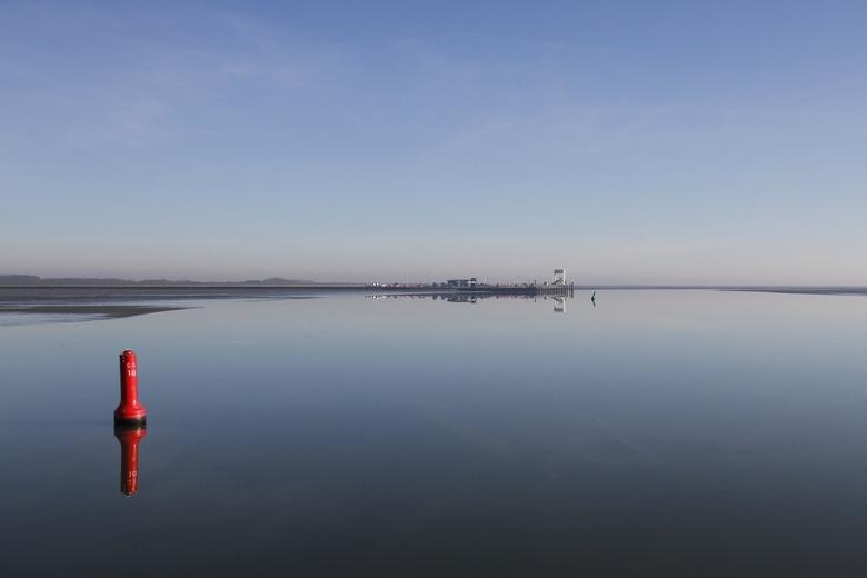 Schier uitzicht - Uitzicht op de veerhaven van Schiermonnikoog. Op de voorgrond: spiegelglad Wad. Een schier uitzicht!