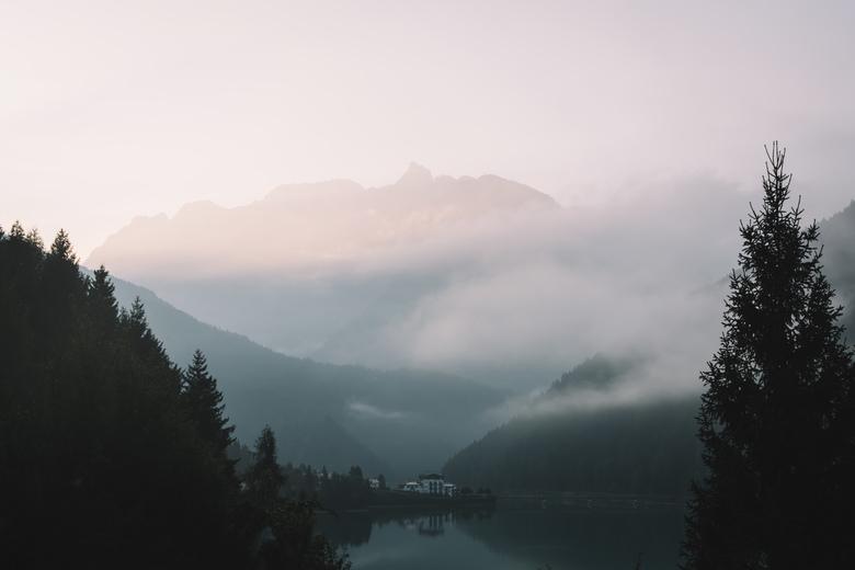 Ochtendmist. - Prachtige sfeervolle ochtend in de alpen. Foto werd bewerkt in Lightroom om een iets donkere sfeer te brengen.<br /> <br /> Voor meer