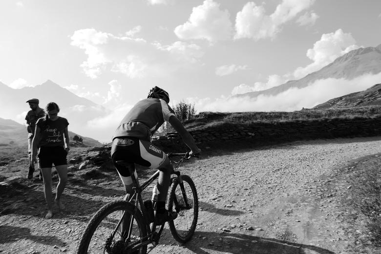 Lac du Mont Cenis - mountain biker - Een mountainbiker komt voorbij geraasd... Frankrijk, nabij 'Lac du Mont Cenis'.