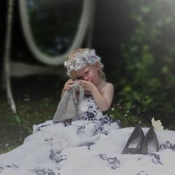 Meisje in trouwjurk van moeder