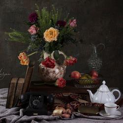 stilleven met bloemen en boeken