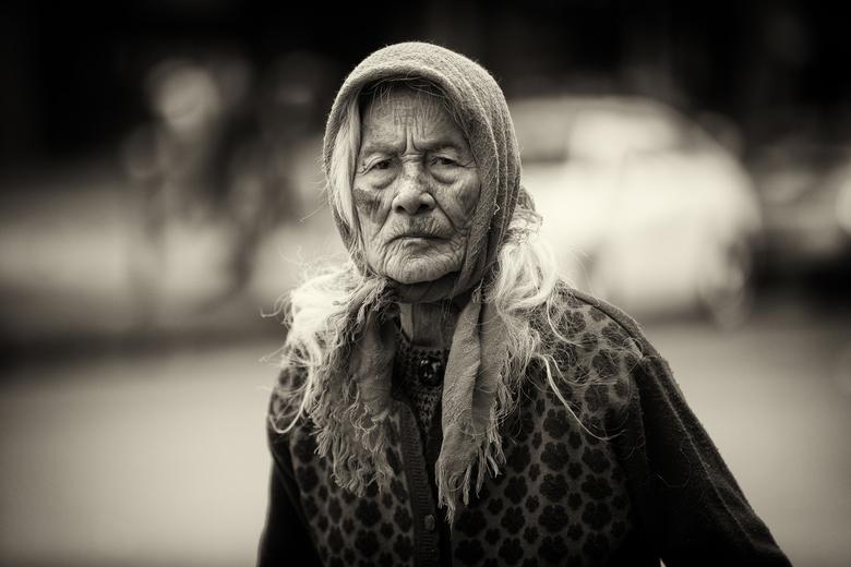 Oude Vietnamese dame - Deze prachtige vrouw kwam ik tegen in de buitenwijken van Hanoi, waar ik 4 weken als vrijwilliger heb mogen werken.