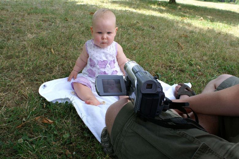 Herinneringen genoeg... - van Sterre (10 maanden) d´r eerste vakantie.<br /> <br /> Aandachtig kijkt ze in de lens van de filmcamera terwijl mama ee