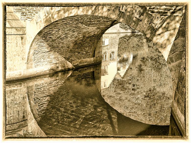 brug gespiegeld Lultzhauzen - Reflectie cq spiegeling brug en huizen in stadje Lultzhauzen Luxemburg.<br /> Zag deze foto te laat in mijn collectie o