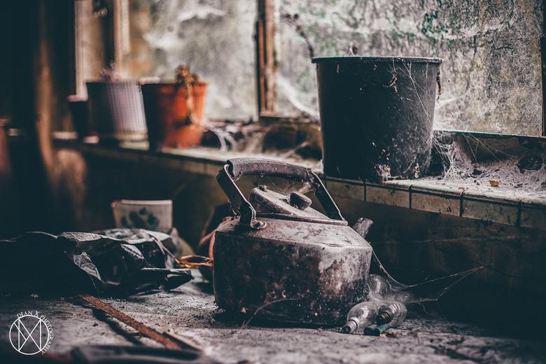 Tea Time - Iemand een potje thee ? Het water is bijna gekookt. // Detail foto van een tafel in een verlaten boerderijtje.